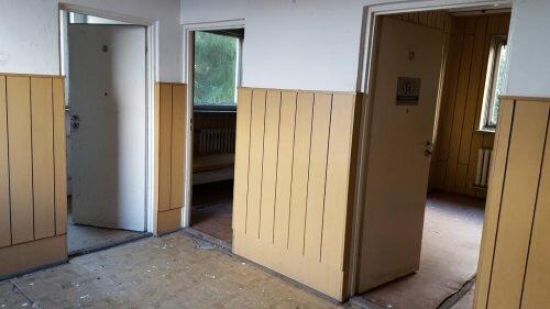 korytarze i część biur wyłożona boazerią