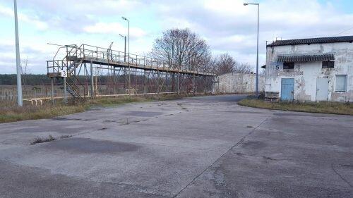 terminal - stoi przy torach kolejowych